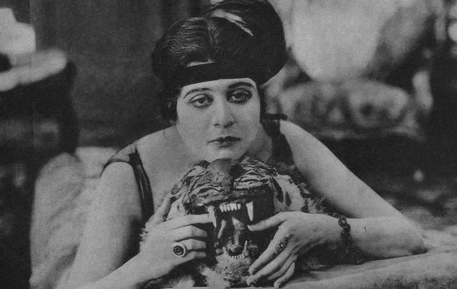 musas do cinema mudo Theda Bara